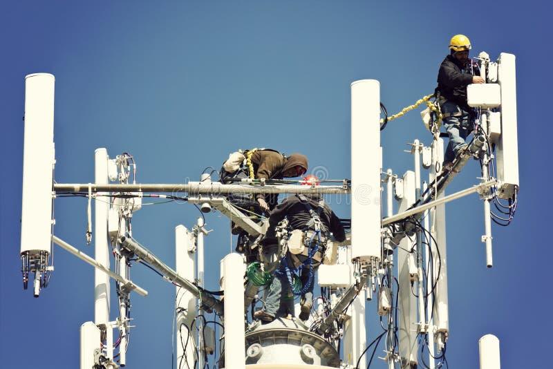 Bemanning die antennes installeert royalty-vrije stock afbeelding