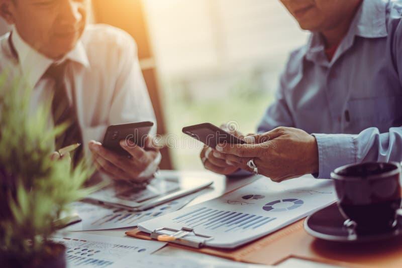 Bemanning die van midden-leeftijds de Aziatische twee bedrijfsleiders met nieuw startproject werken terwijl het zitten stock afbeeldingen