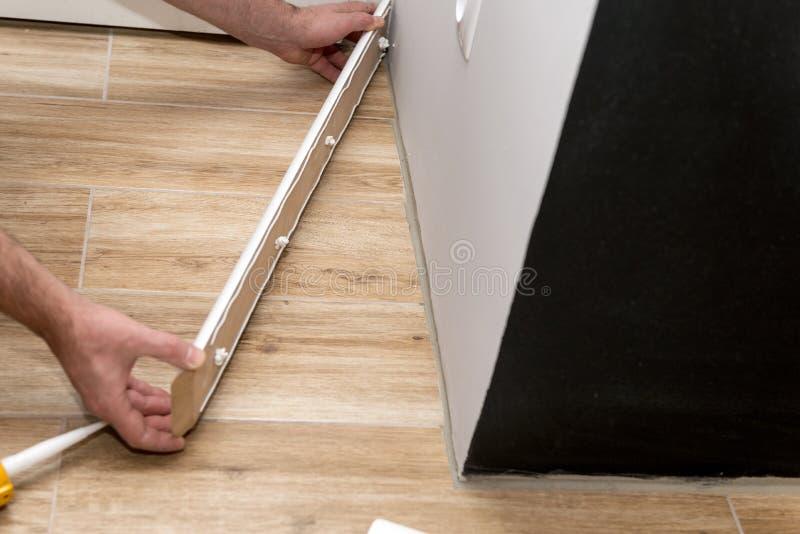 Bemannt die Hände, die Fussleiste passen stockbild