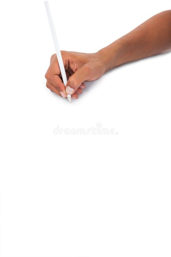Bemannt die Hand, die weißen Bleistift hält lizenzfreie stockfotos