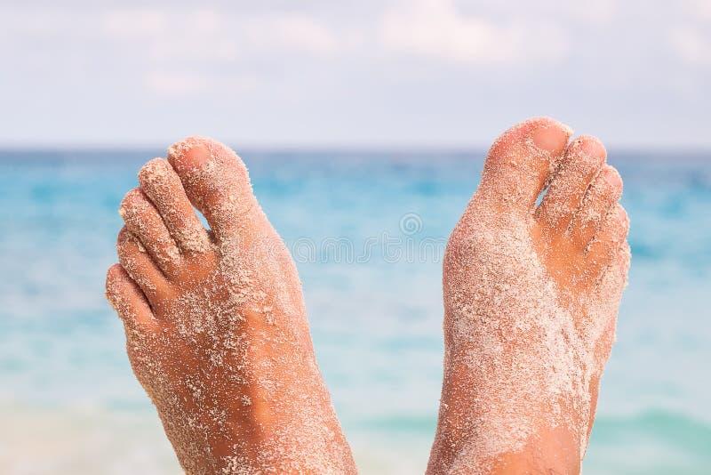 Bemannt Füße auf dem Strand lizenzfreie stockfotos