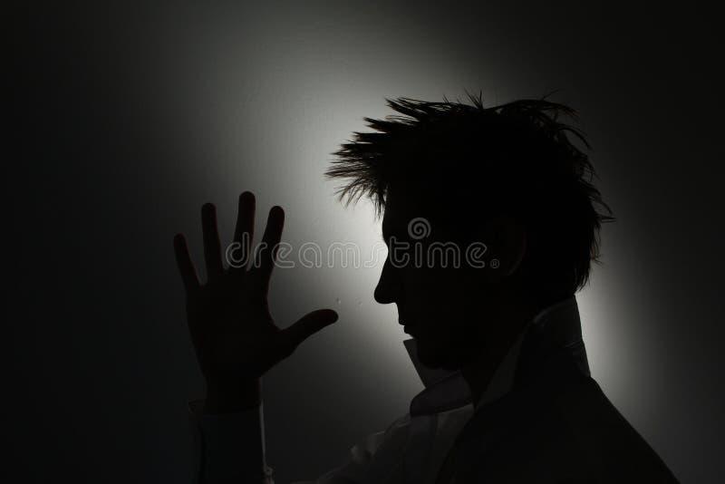 Bemannt Gesichtsschattenbild mit der Hand. stockfotos