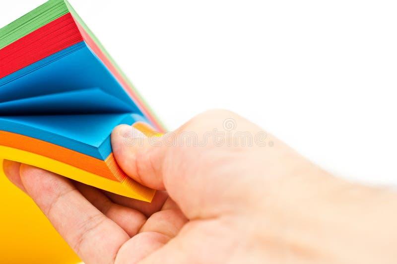 Bemannt Hand und farbiges Papier stockfotografie
