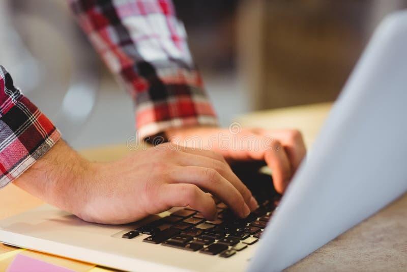 Bemannt Hand unter Verwendung des Laptops lizenzfreie stockbilder