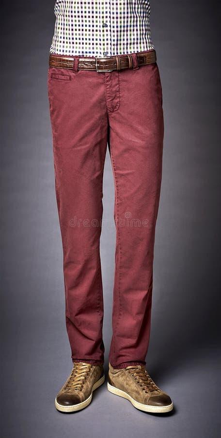Bemannt Hosen auf einem Graurückseitenboden stockfoto