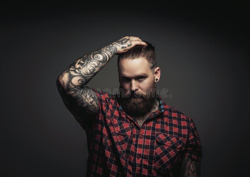 Bemannt mit Bart und tattoes lizenzfreies stockbild