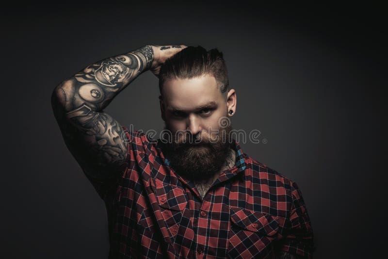 Bemannt mit Bart und tattoes lizenzfreie stockfotos