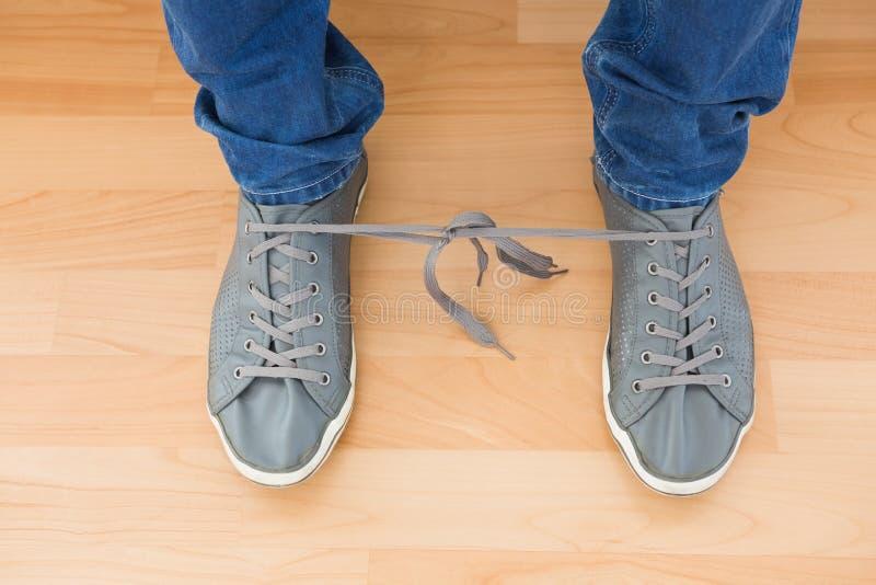 Bemannt Schuhe mit verwirrten Spitzeen stockfotos