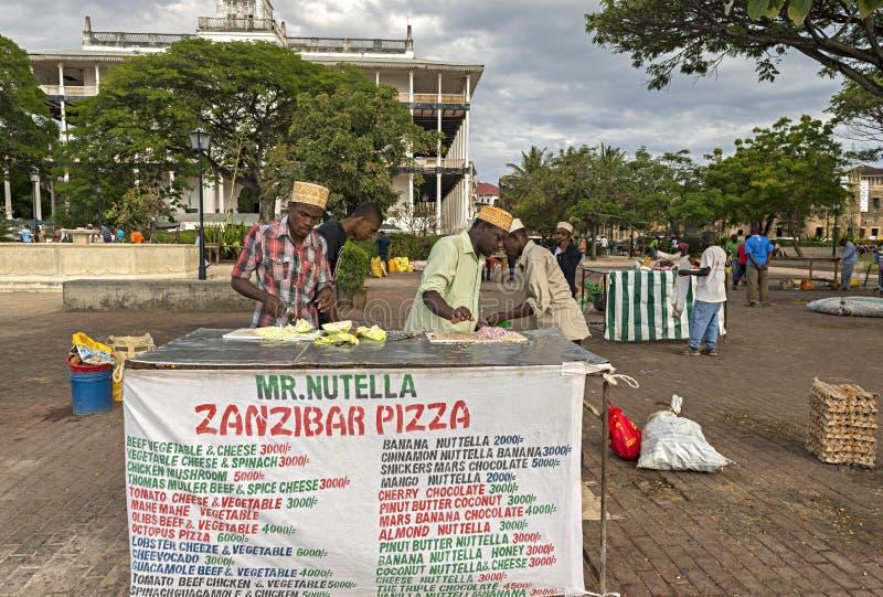 Bemant de verkopende Pizza van Zanzibar bij Forodhani-Tuin in Steenstad, Z stock afbeelding