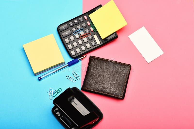 Bemant leerportefeuille en kantoorbehoeften als zaken en het werkconcept royalty-vrije stock foto's