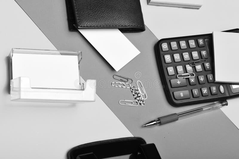Bemant leerportefeuille en kantoorbehoeften op kleurrijke achtergrond royalty-vrije stock foto