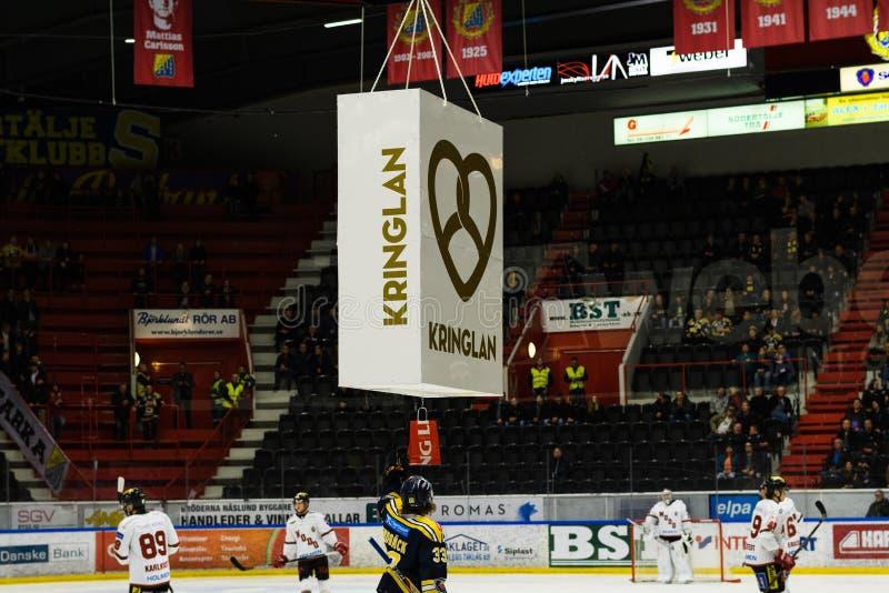 Bemant Lindback, SSK scores het eerste doel in Ijshockeygelijke en kreeg een prijs voor dat, in hockeyallsvenskan tussen SSK en M stock foto's