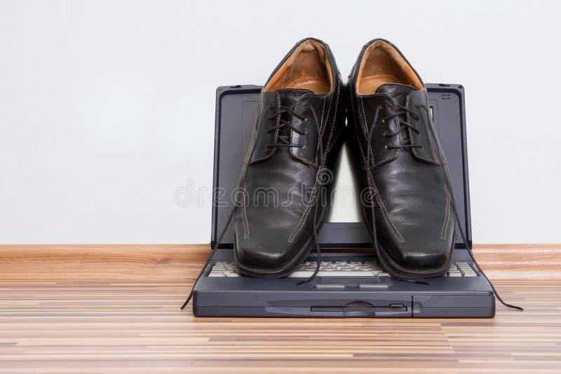 Bemant schoenen op het notitieboekje stock fotografie