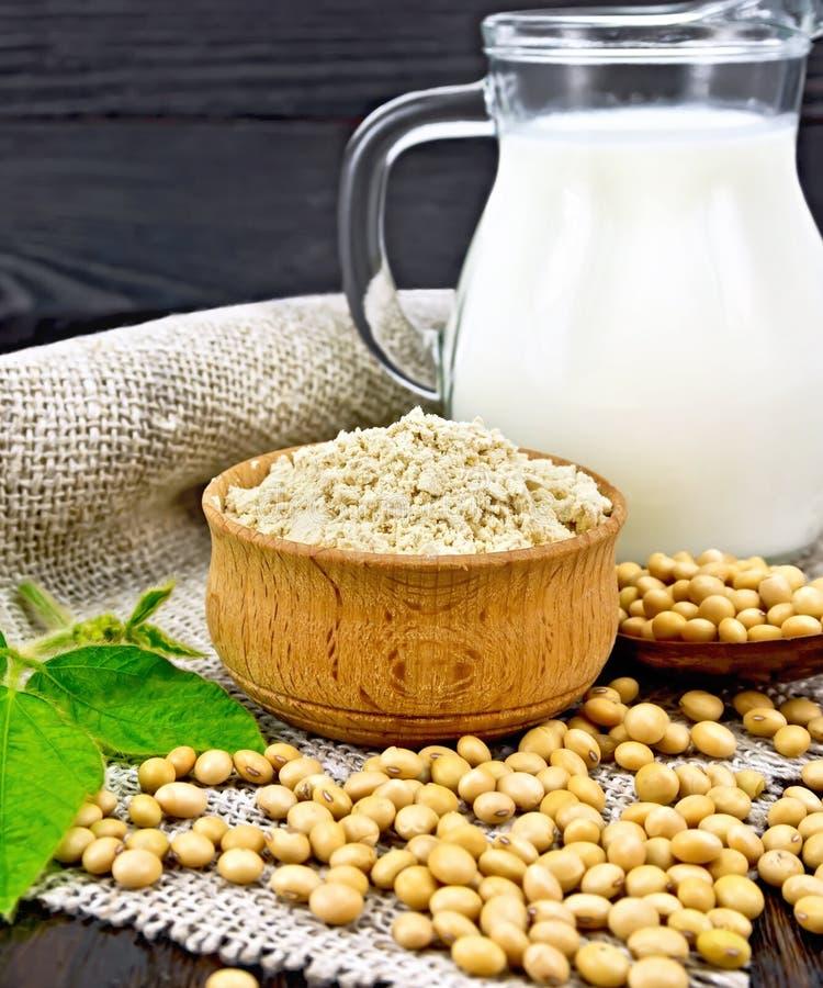 Bemehlen Sie Sojabohnenöl in der Schüssel mit Sojabohnen und Milch auf dem Rausschmiß stockfotografie