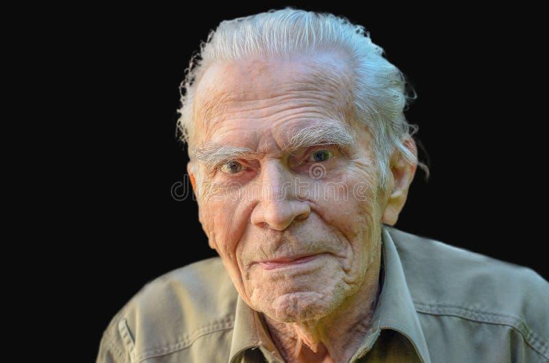 Bemerkenswerter älterer Mann, der rhe Kamera betrachtet stockfoto