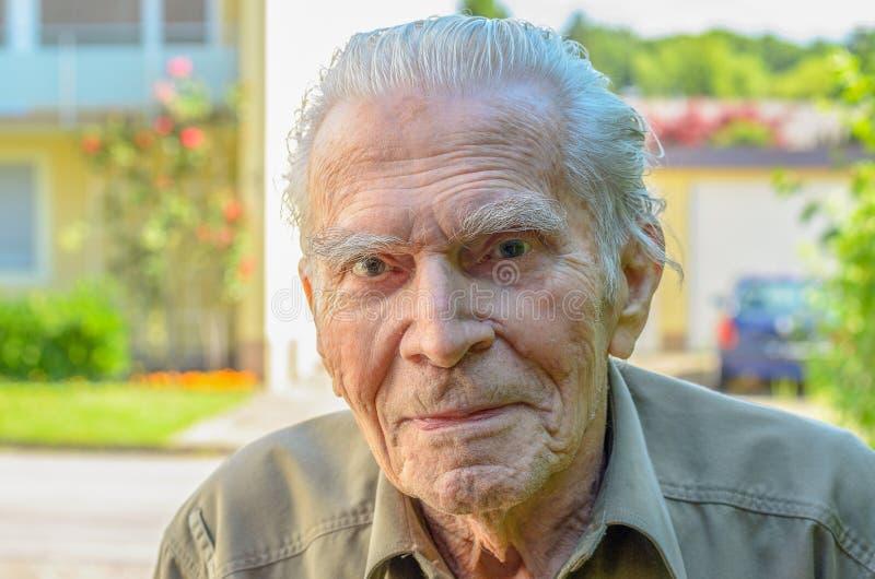 Bemerkenswerter älterer Mann, der rhe Kamera betrachtet stockbild