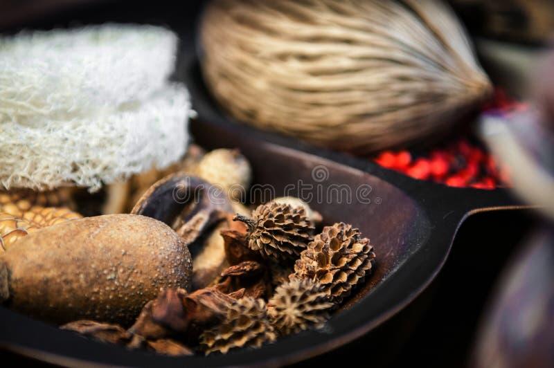 Bemerkt aromatherapy welriekend mengsel van gedroogde bloemen en kruiden en kuuroordconcept royalty-vrije stock afbeeldingen