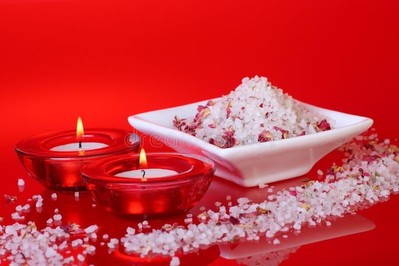 Bemerkte badzout en kaarsen stock foto's