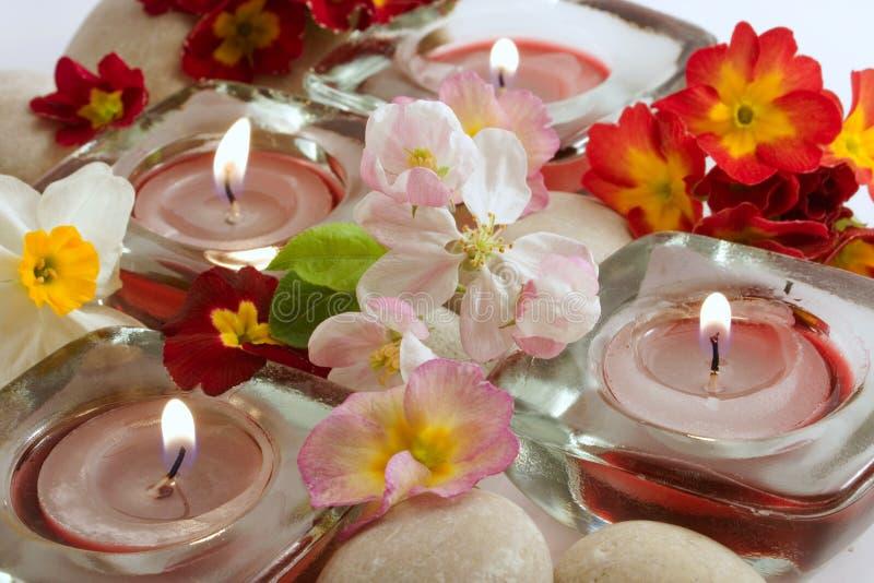 Bemerkte kaarsen en bloemen stock foto