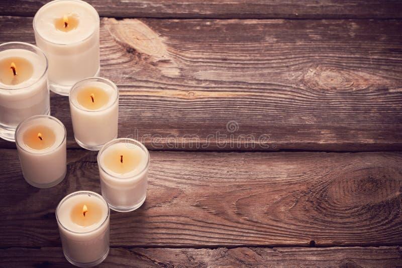 Bemerkte kaarsen op houten achtergrond royalty-vrije stock foto's