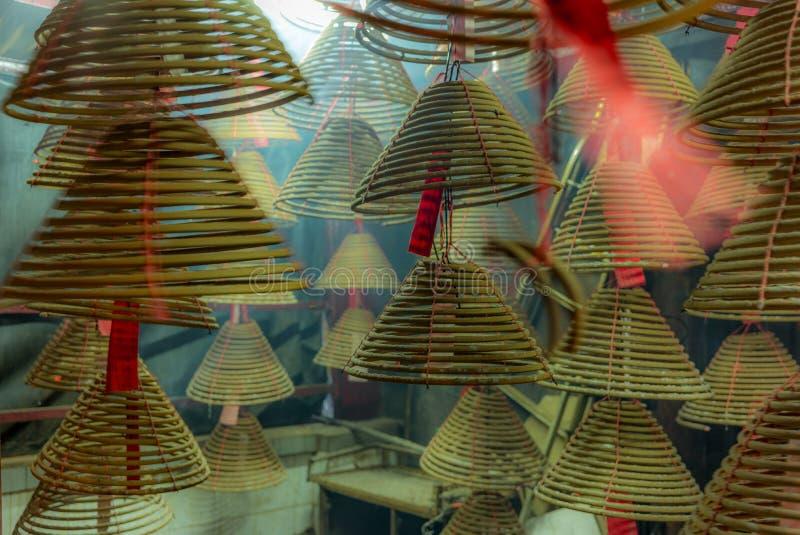 Bemerkte wierookrollen in een kleine kant van de weg Boeddhistische tempel in Hon stock foto