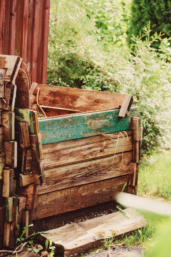 Bemestend doos op landbouwbedrijf van oud rustiek hout wordt gemaakt dat royalty-vrije stock fotografie