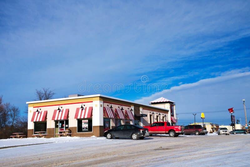 BEMIDJI, MANGAN - 24. DEZEMBER 2018: Kentucky Fried Chicken und Parkplatz im Winter lizenzfreie stockfotografie