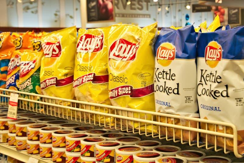 BEMIDJI, MANGAN - 8. FEBRUAR 2019: Kartoffelchipauswahl in einem Supermarkt stockfotos