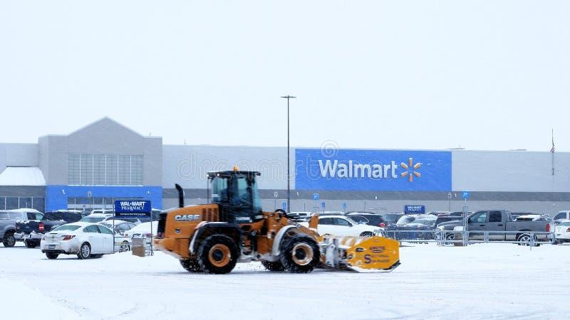 BEMIDJI, MANGANESO - 27 DE DICIEMBRE DE 2018: Estacionamiento Nevado Walmart durante tormenta imagen de archivo