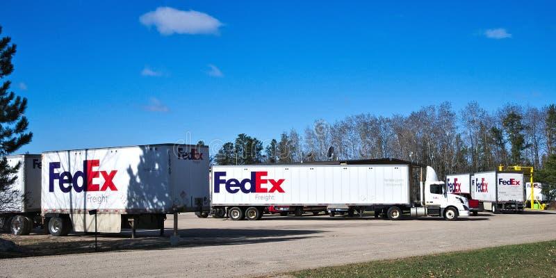 BEMIDJI, MN - 26 APRIL 2019: Vloot van Fedex-leveringsvrachtwagens bij lokale faciliteit stock foto's