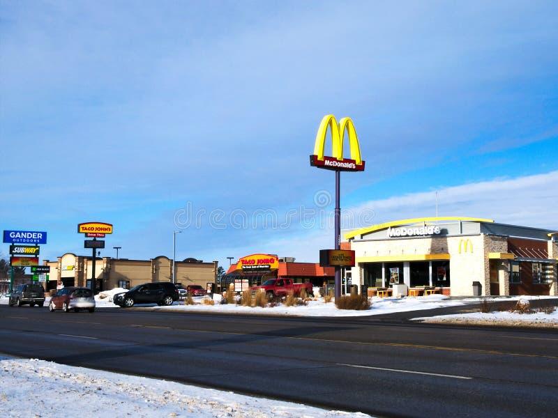 BEMIDJI, MN - 24 DICEMBRE 2018: Ristorante e arché di McDonalds nell'inverno fotografia stock libera da diritti