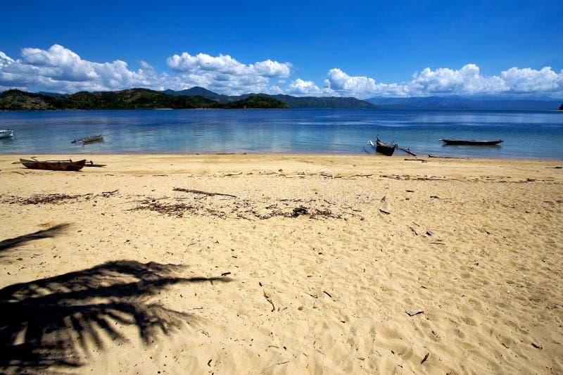 bemoeiziek is van de de takboot van de rotssteen de de palmlagune Madagascar royalty-vrije stock afbeeldingen