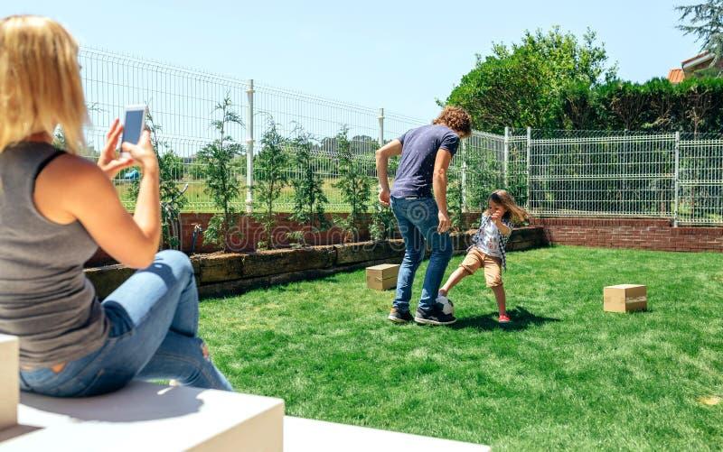 Bemuttern Sie das Machen des Fotos ihres Ehemann- und Sohnspielens lizenzfreie stockbilder