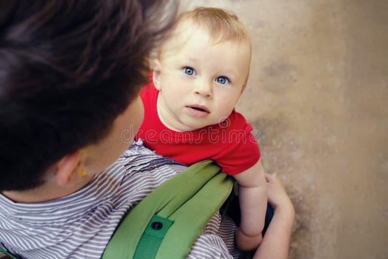 Bemuttern Sie Haben ihres netten kleinen Sohns in der Babytrage stockfotografie