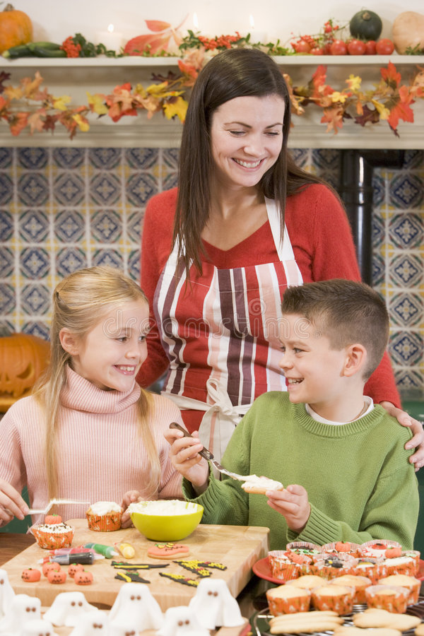 Bemuttern Sie und zwei Kinder bei Halloween, das Festlichkeiten bildet stockbild