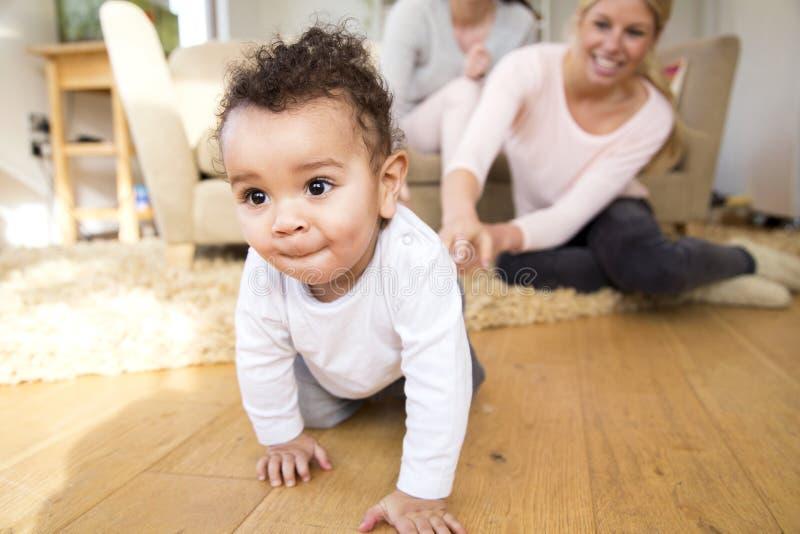 Bemuttert das aufpassende Kinderkriechen stockfotografie