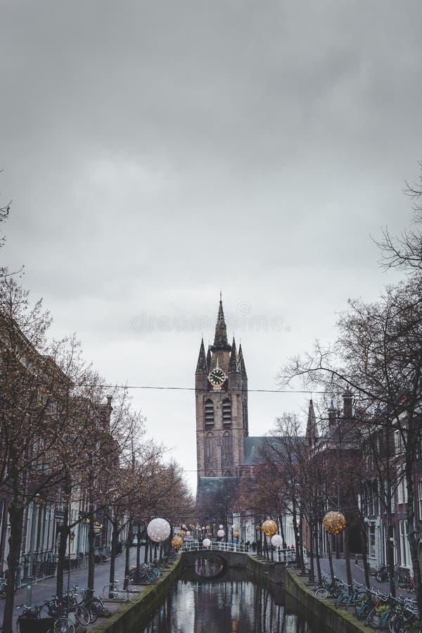 Benägenhettorn av den gamla kyrkan på den Oude delftfajanskanalen Oude Kerk delftfajans aan de Oude Delftfajans arkivbilder
