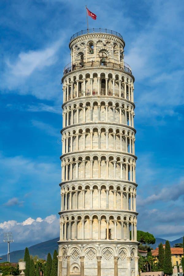 Benägenhettornet Sätter en klocka på flaggaCampaniledomkyrkan Pisa Italien royaltyfri bild