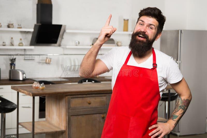 Benötigen Sie kulinarische Inspiration Wie man zu Hause kochen zu Gewohnheit macht Schutzblechstand des bärtigen Hippies des Mann stockfotografie