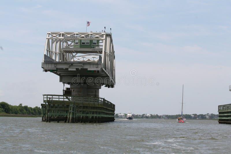 ben γέφυρα ταλάντευσης πριονιστών που συνδέει sullivan& x27 νησί του s για να τοποθετήσει τον αγρότη στοκ εικόνα με δικαίωμα ελεύθερης χρήσης