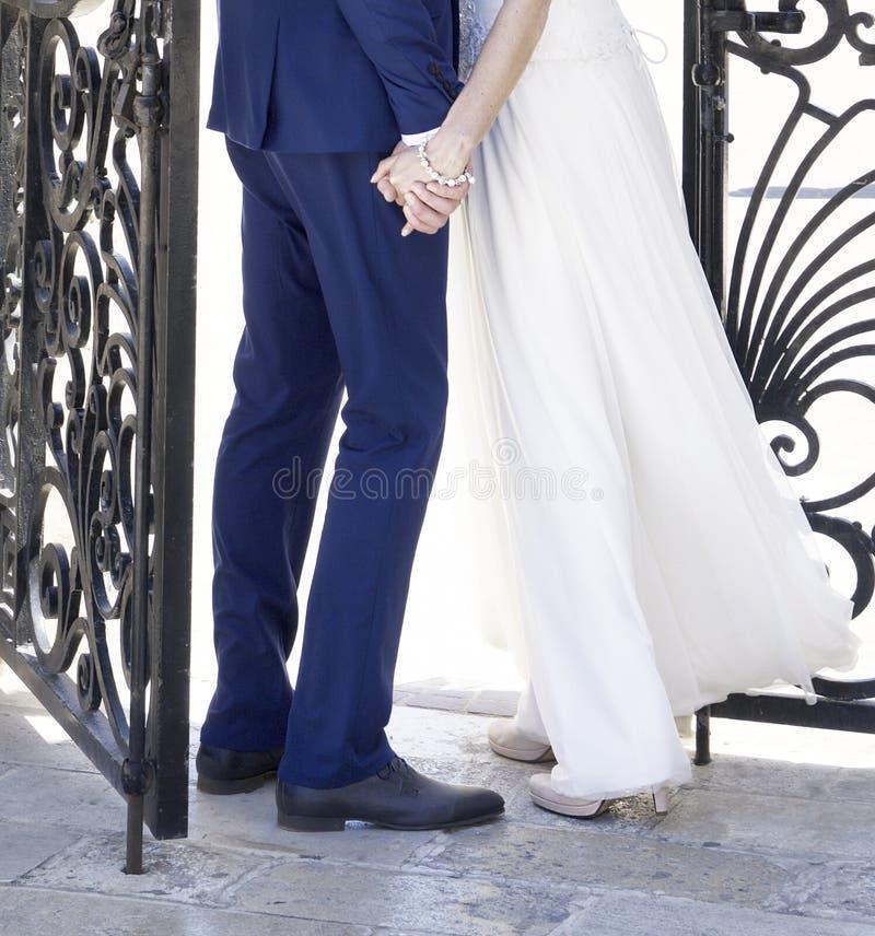 Ben av bruden och brudgummen på bröllopdag för alltid tillsammans Man och kvinna på bröllopdag, kroppsdelfoto, förbindelse, ny fa arkivfoto