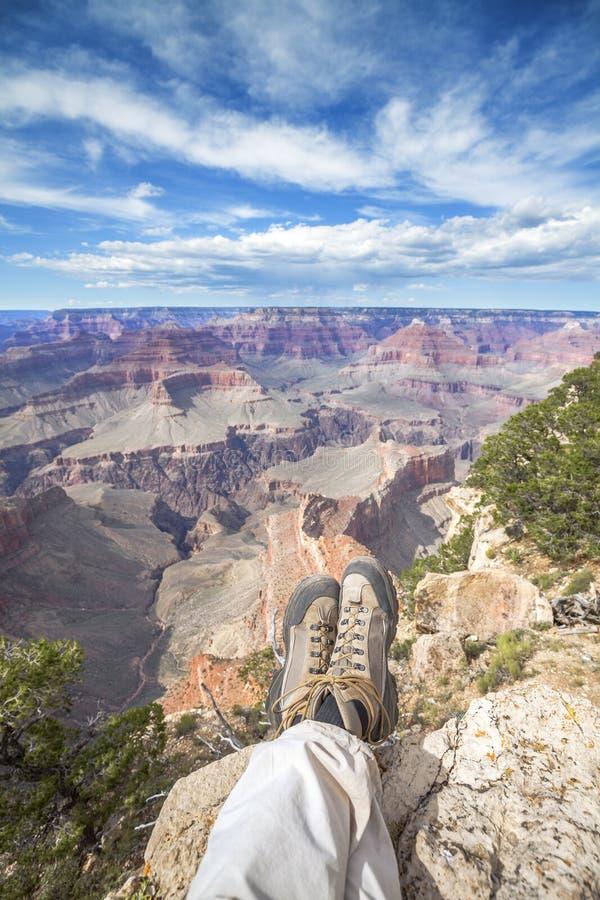 Ben av en vila person på kanten av Grand Canyon arkivbilder