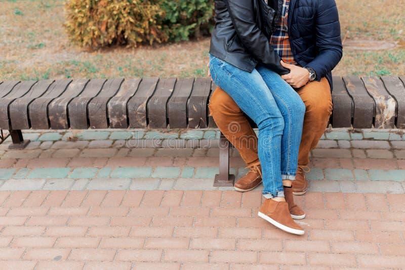 Ben av förälskat gå för härliga unga lyckliga par till och med gatorna och parkerar av stadsinnehavhänderna royaltyfria bilder
