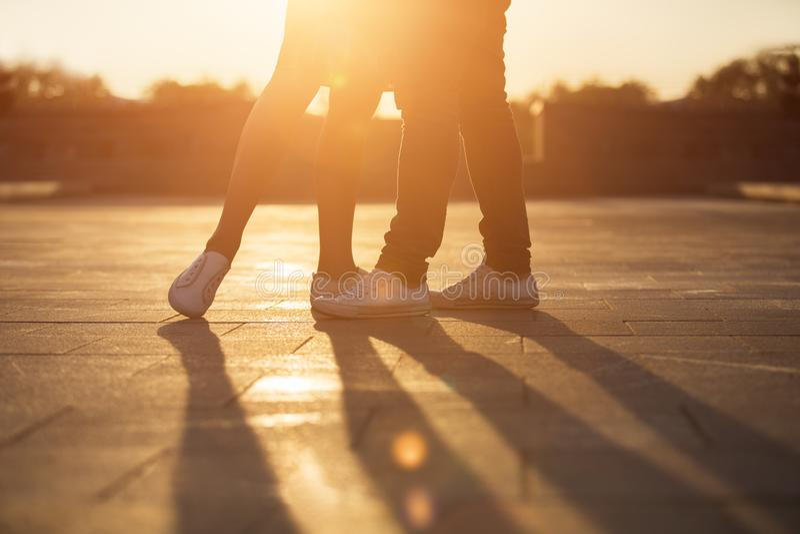 Ben av mannen och kvinnan Älska par som omfamnar på solnedgången royaltyfria bilder