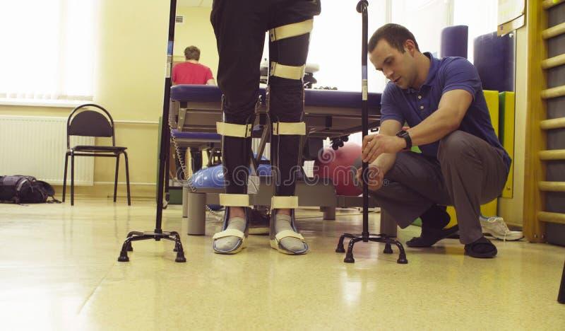 Ben av ogiltigt i orthosis med gå rotting två arkivfoton