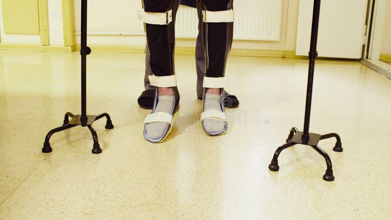 Ben av ogiltigt i orthosisen som går med service av gå rotting två arkivfoto