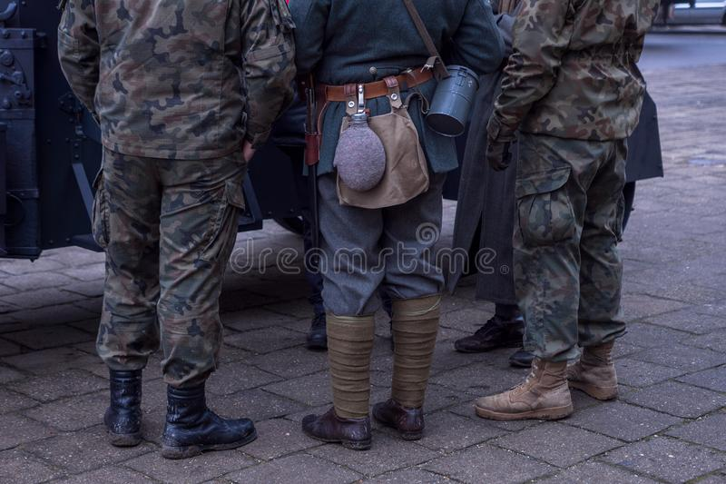 Ben av soldater från olika eror skor en flaska för vatten, en kniv arkivbild