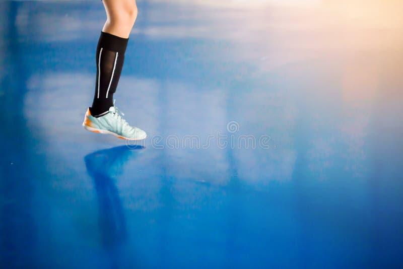 Ben av spelaren och sportkorridoren för inomhus fotboll Futsal plommoner för fotboll royaltyfria bilder