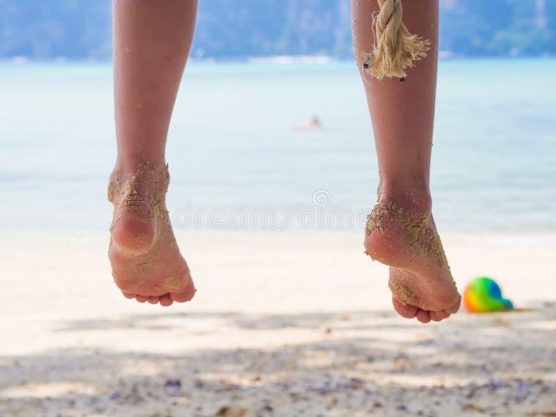 Ben av unga flickan på stranden royaltyfria foton
