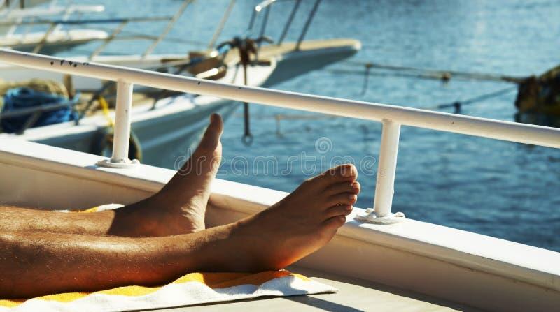 ben bemannar yachten fotografering för bildbyråer